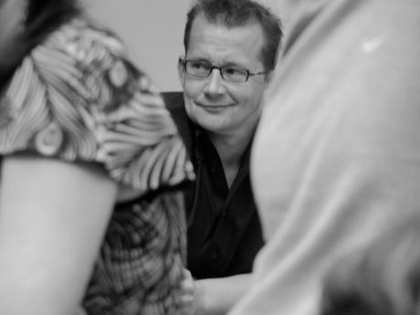 Hoofdredacteur Bart Van Doorne legt zijn janusgezicht in een misprijzend lachje als de redactie applaudisseert voor het betoog van Tine Peeters.