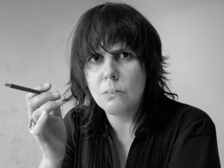 Hadewych Van den Bossche, chef eindredactie bij De Morgen, rookt van woede een sigaartje. Drie van haar onderdanen worden de laan uitgestuurd.