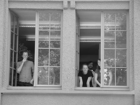 Het personeel met zondagsdienst volgt het lezersprotest vanuit de keuken van De Morgen.