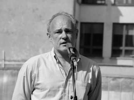 Bernard Dewulf neemt het woord voor een bedankje aan de lezers die kwamen protesteren tegen zijn ontslag bij De Morgen. Dewulf benadrukte dat ook het ontslag van de twaalf anderen een zeer spijtige zaak is, niet minder belangrijk dan het zijne.