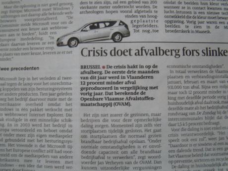 Een auto rijdt van een titel die eigenlijk als volgt had moeten luiden: 'Crisis doet onafhankelijk dagblad plat op de buik gaan voor commercie.'