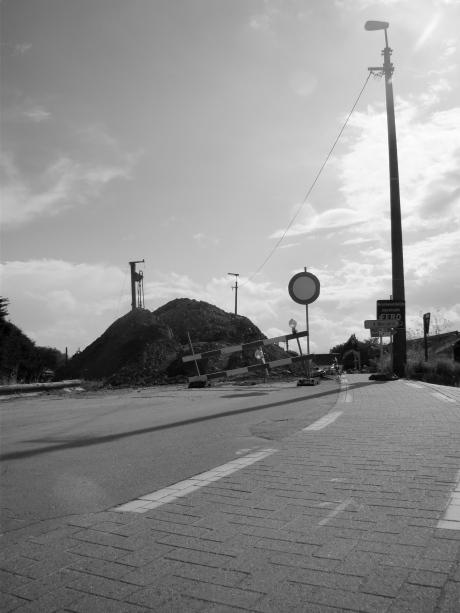 Je loopt wat te hoop in Melle en dan ligt daar opeens een berg aarde in de weg. En daarachter: een dor niemandsland van roestende spoorwegen.