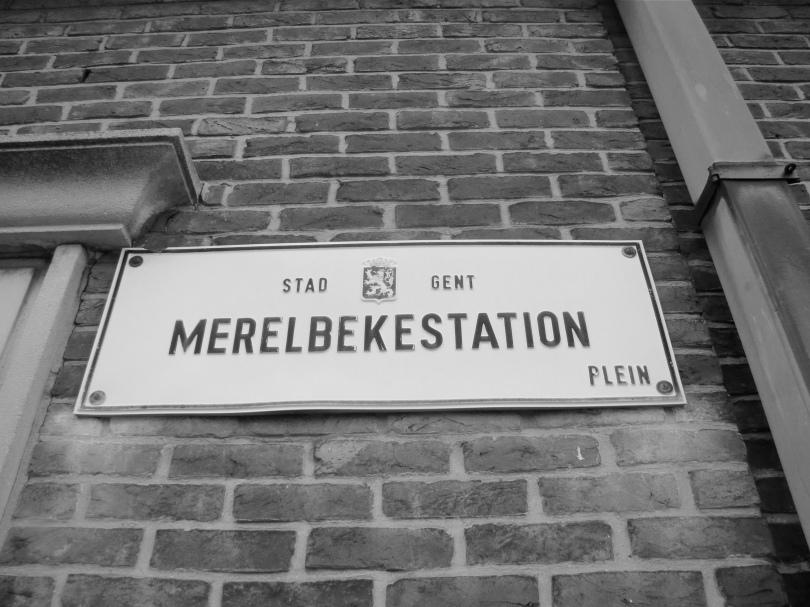 Een straatnaambordje op het station van Merelbeke. Daar vallen klaarblijkelijk Duvels mee te verdienen.