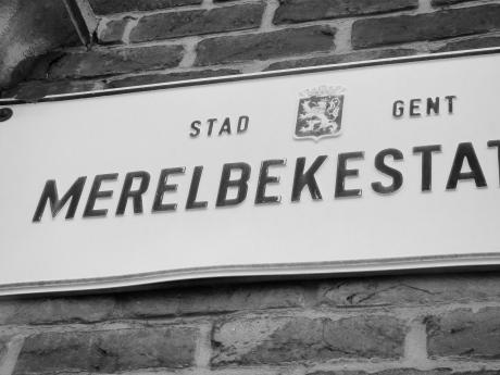 Om alle twijfel over de locatie van het station van Merelbeke voorgoed te vertrappelen nog een close-up. 'Stad Gent' staat daar te pronken in plaats van 'Gemeente Merelbeke'.