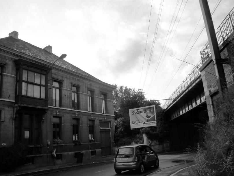 Spoorwegbruggen in Ledeberg zijn zelden sprankelende bouwsels. Reclamepanelen proberen een beetje vreugde in het leven van de omwonenden te brengen.