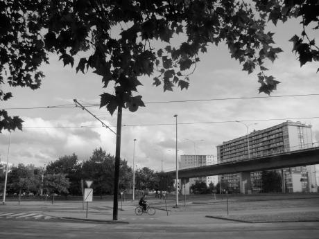 Lang geleden heeft een geniale stadsplanner een viaduct geplaatst boven Ledeberg. Zo wordt vermeden dat automobilisten die in Gent willen geraken zich door de straten van Ledeberg moeten wagen. Rechts in beeld: de woonblok waar Matty uit 'Aanrijding in Moscou' woont.