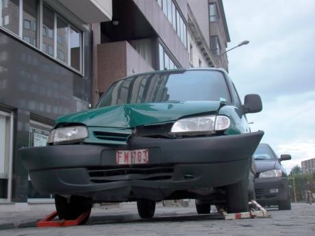 Och arme, die mens. Eerst een kanjer van een deuk in zijn auto en dan nog eens aan banden gelegd. Of is het omgekeerd gebeurd?