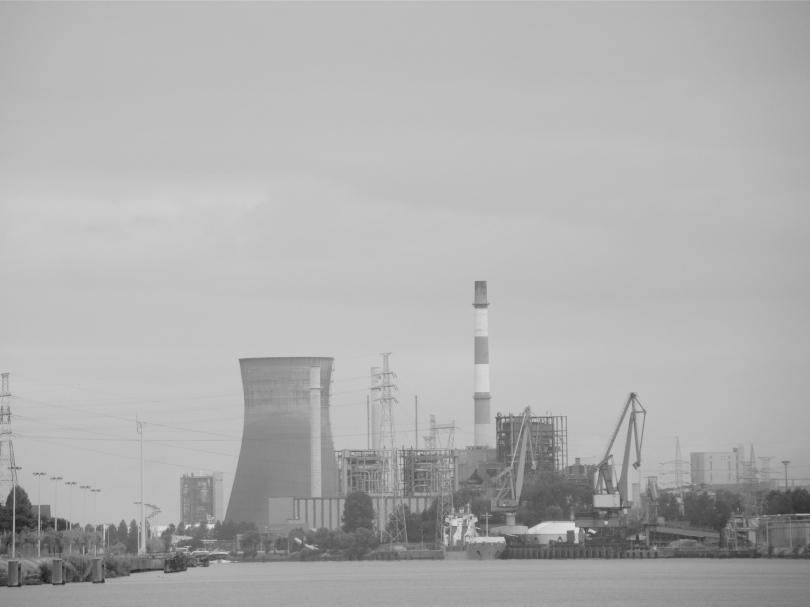 De steenkoolcentrale aan het Rodenhuizedok geeft sjette om de plaatselijke industrie draaiende te houden.