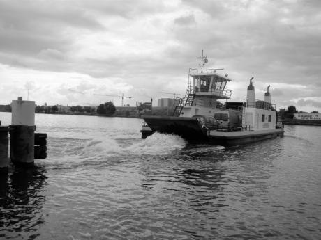 Een veerboot verbindt Oostakker met Langerbrugge. Zo vermijdt men omwegen via godvergeten plaatsen als Zelzate of Meulestede.