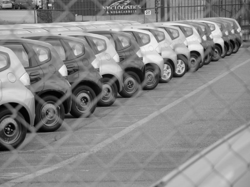 Het rijtje Honda's achter een afsluiting lijkt onschuldig. Maar buiten beeld is er meer aan de hand dan de nietsvermoedende lezer kan bevroeden.