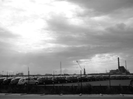 Dreigende wolken fotograferen in de haven van Gent is ten strengste verboden omdat het risico te groot is dat er een stuk afsluiting op staat.