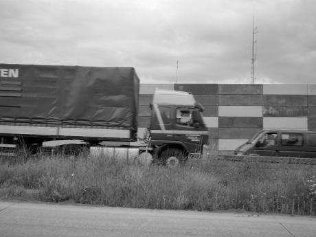 In paniek begint een vrachtwagenchauffeur plots af te remmen, terwijl de weg pertank even plat ligt als voorheen.