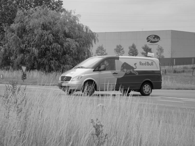 Een camionette vol RedBull is op weg om het personeel van CobelGuard Security te bevoorraden.