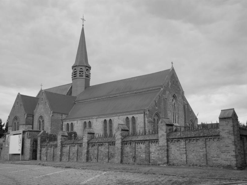 De kerk van Desteldonk is groter dan de meeste andere gebouwen in de buurt. Dat heeft alles te maken met proporties.
