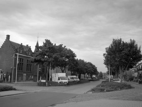 Desteldonk heeft een kern met een kerk en een kern met bomen en een café. De ene dorpskern lokt meer volk dan de andere.
