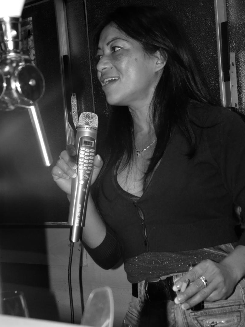Tussen twee bestellingen door neemt barvrouw Nina haar microfoon ter hand voor een spontane karaokesessie.
