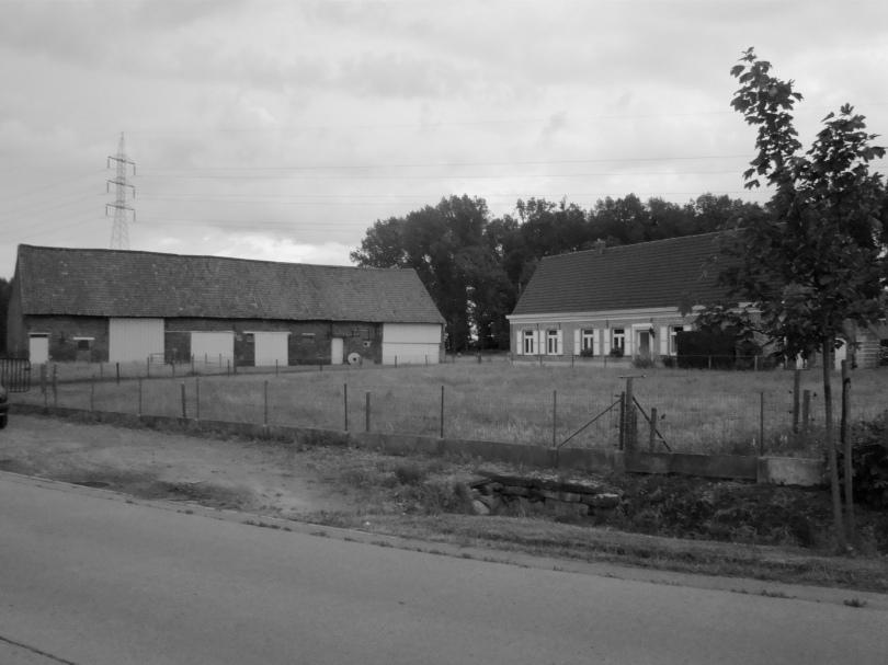 De weg van Desteldonk naar Oostakker ligt bezaaid met boerenhoven. Nu kan men zeggen dat het ene boerenhof het andere niet is, maar veel scheelt het toch allemaal niet.