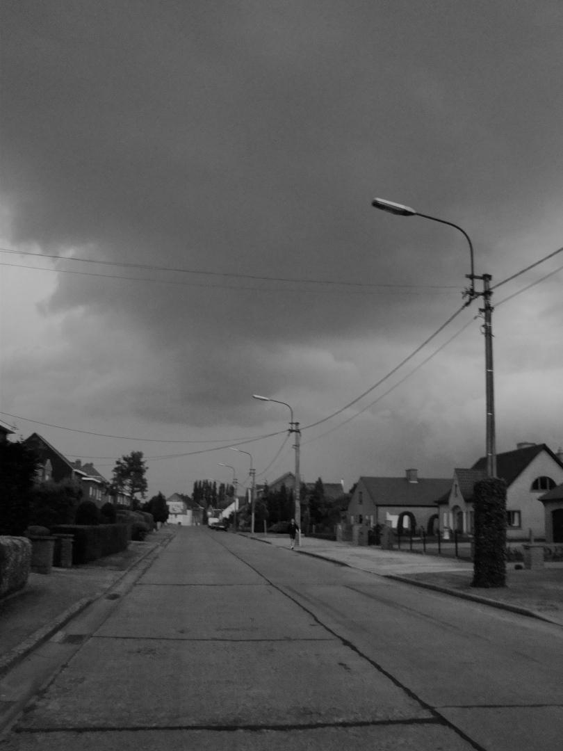 In Oostakker, het suburbia van Gent, is er minder lichtvervuiling dan in het centrum van de stad. Daardoor kunnen de bewoners de donkere wolken nog zien die boven hun hoofd samenpakken.