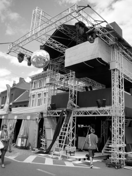 De Vlasmarkttoren in opbouw. Enkele uren later zou het eerste volk zich al bezatten in zijn schaduw.