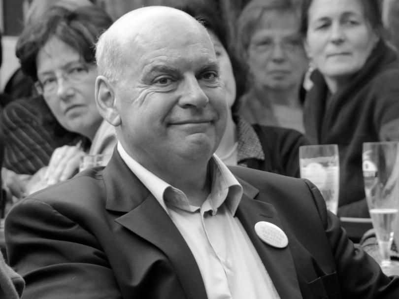 Op een zwart-witfoto valt het minder op dat Gents burgemeester Daniël Termont al enkele Vedetts gedronken heeft.