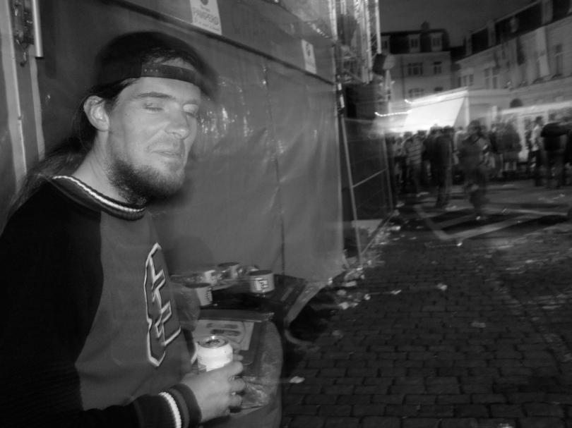 Een jongeman geniet van een biertje. Cara Pils kenmerkt zich door een ellenlange nadronk, hoewel het niet op blik hergist.