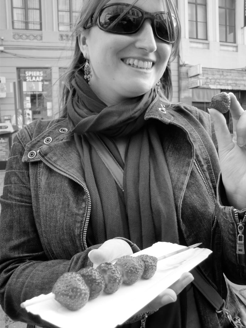 Bayram, de beruchte fruitmarchand aan de Vrijdagmarkt, verkoopt aardbeisateetjes. De lekkernijen kosten slechts één euro, zodat een vrouwengezicht zogoed als gratis aan het glunderen gaat.