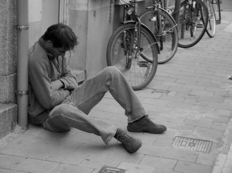 Een dronkelap zit zijn roes uit te slapen nog voor de eerste Feestennacht begonnen is. De vele plensbuien zullen zijn situatie er niet comfortabeler op maken.