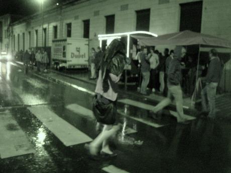 Regenvlaag achter regenvlaag maakt van de eerste Gentse Feestennacht een spetterend festijn.