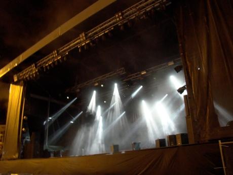 Het podium op het Sint-Baafsplein om halfdrie 's nachts. De schijnwerpers blijven zoeken naar artiesten die er allang niet meer staan te playbacken.