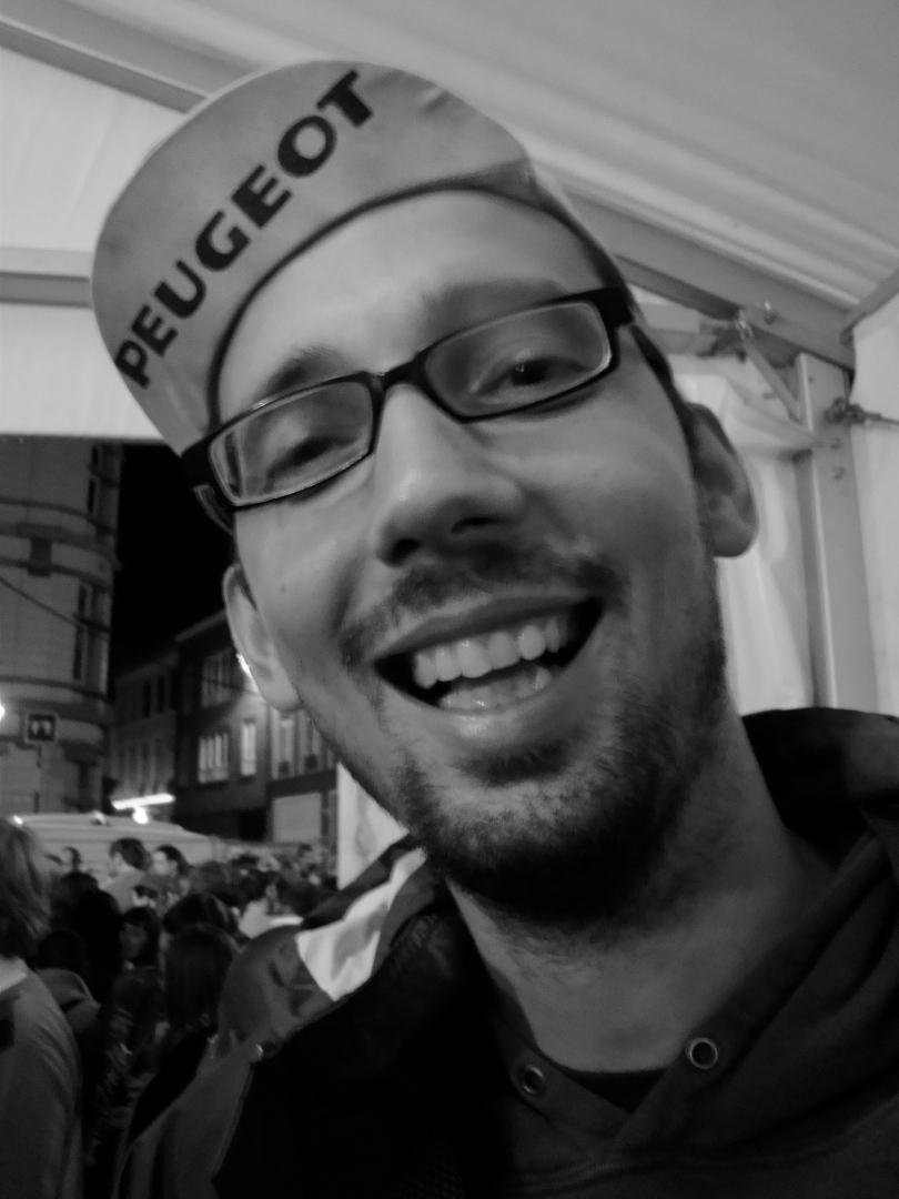 Brecht Decaestecker, mediajournalist bij het onafhankelijke dagblad De Morgen, blijft de vrolijke Frans van de Vlasmarkt.