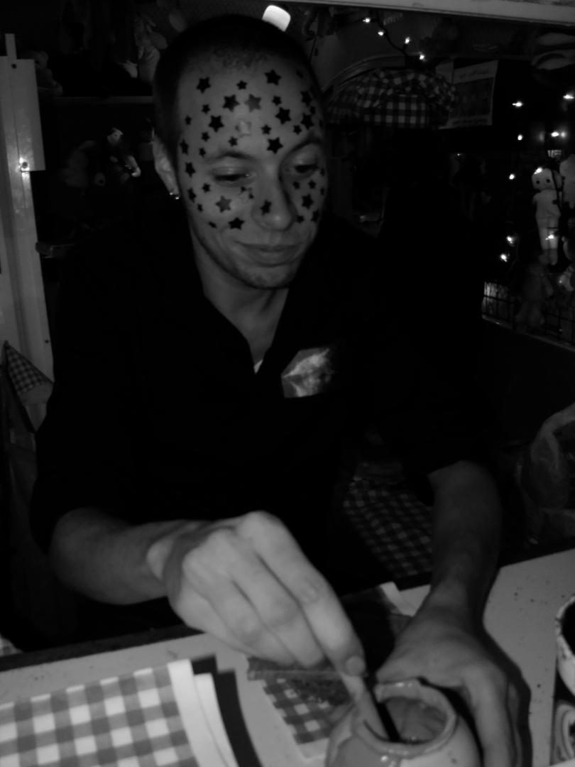 Parcifal Neyt, een Gentenaar die op een zatte avond eens bij een tatoeagist in Kortrijk beland is, smeert nen botram mee uufflakke in het Botramkot.