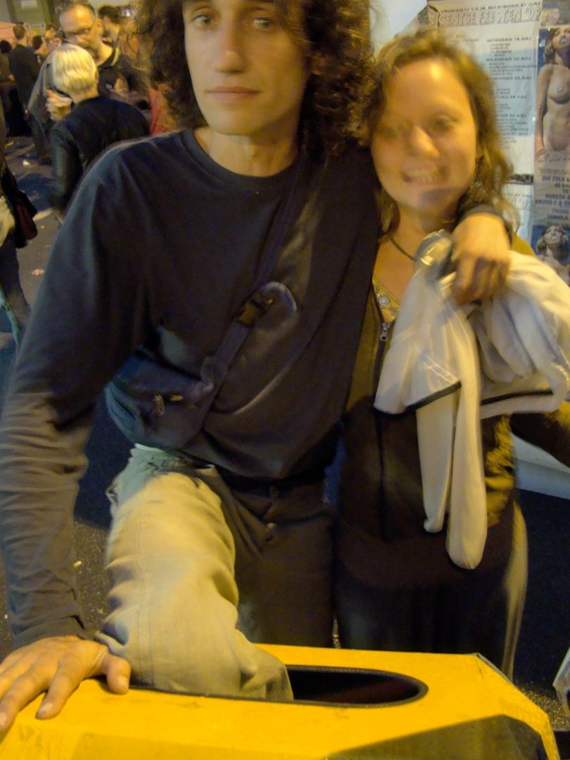 Een Feestenganger hunkerde zo hard naar een panoramisch zicht op de Vlasmarkt dat hij op een vuilnisbak probeerde te kruipen. Daar draagt hij tot op vandaag nog de gevolgen van.