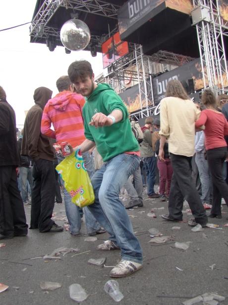 Om te crowdsurfen is er omstreeks halfnegen 's ochtends iets te weinig volk op de Vlasmarkt.