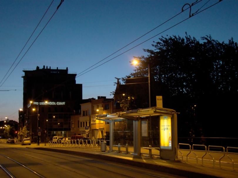 De Koning Albertbrug op het moment dat de ochtend langzaam begint te gloren. Uw dienaar, tevens uw god en koning, vertrekt naar de Vlasmarkt.