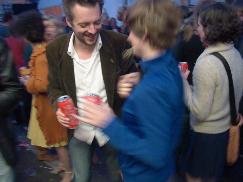 Gentenaars komen naar de Vlasmarkt om zich te amuseren in goed gezelschap. Ze plaatsen een dansje, ze drinken rustig een cola of een biertje en verder vergeten ze even al hun zorgen.