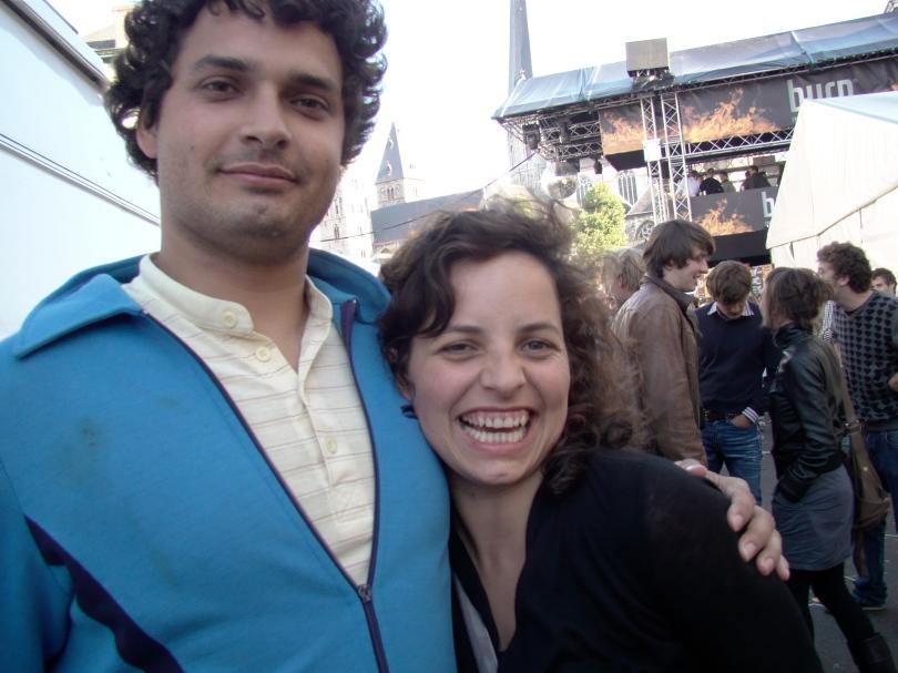 Zijn het Gentse Feesten? Dan kan het niet missen dat Dokter Lowie zijn zuster Eline nog eens tegenkomt op de Vlasmarkt.