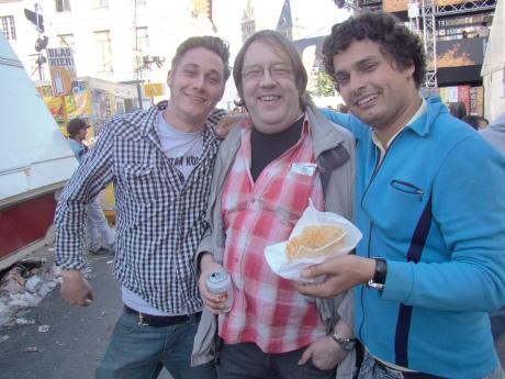 M'n maten Thomas en Dokter Lowie op de foto met Pol, een sympathieke stadsgenoot die ons ongetwijfeld nog veel kan bijleren over de weldaden van het socialisme.