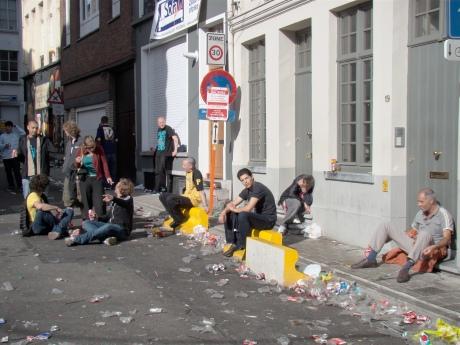 Hier kunnen opgefokte provincialen nog iets van leren: Feestengangers die hun roes rustig op straat uitzweten, onderwijl genietend van een deugddoend zonnetje.