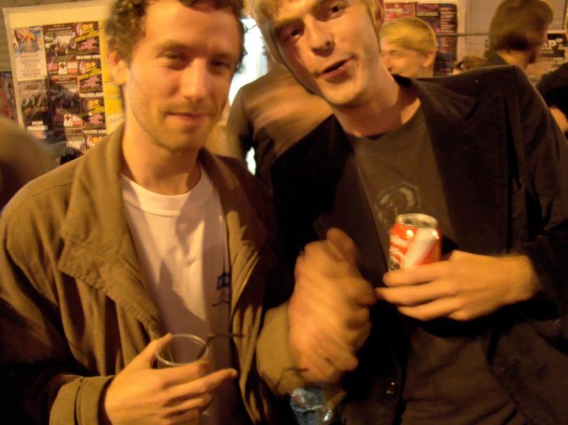 David Bratzlavsky en Peter Moerenhout, twee maten die ondanks alles overeind blijven, uiten hun broederschap op de Vlasmarkt.
