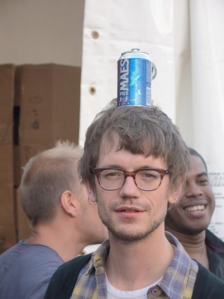 Deze jongeman heeft er zich van verzekerd dat zijn bier niet uit zijn pollen zal kletsen.