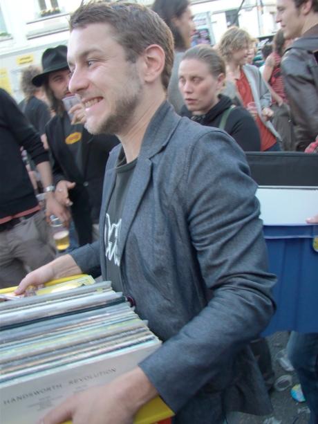 Frederik Sioen, frontman van de Gentse popgroep Sioen en tevens gast-dj in de Charlatan, slalomt met zijn platencollectie tussen de zatlappen van de Vlasmarkt.