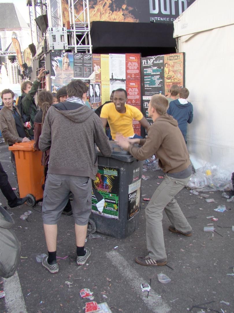 Vuinisbakken dienen niet alleen als podium maar eveneens als tamtam. De beats of waste zwepen de indommelende massa op.