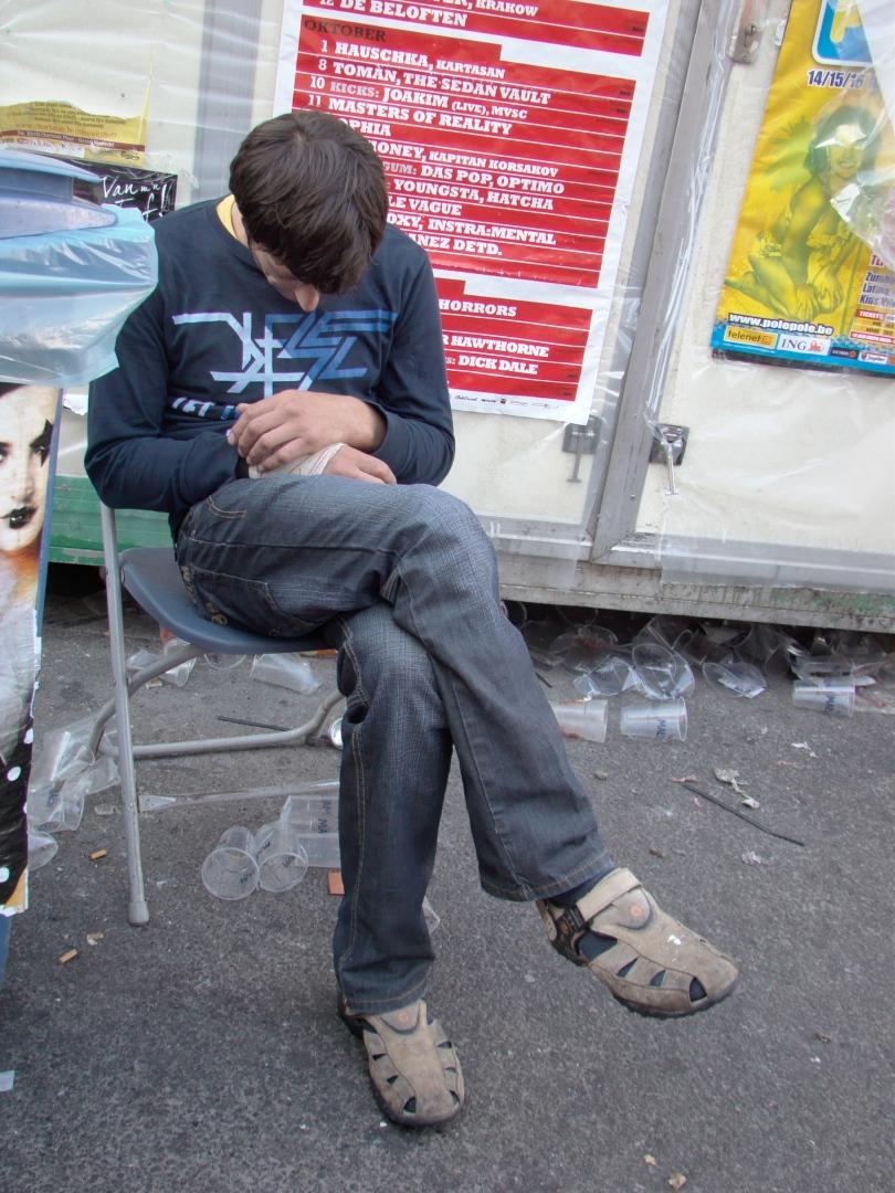 Sommige mensen zijn op alles voorbereid. Deze manspersoon had alvast z'n plooistoel mee om ter plekke zijn roes uit te slapen.