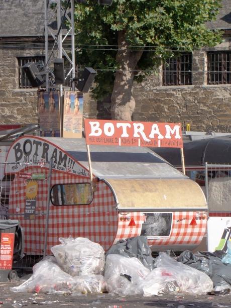 Het Botramkot ligt er geheel en al verlaten bij. Met al die vuiligheid voor hun deur rijzen er wel vragen over de hygiëne van de botrammen mee uufflakke.