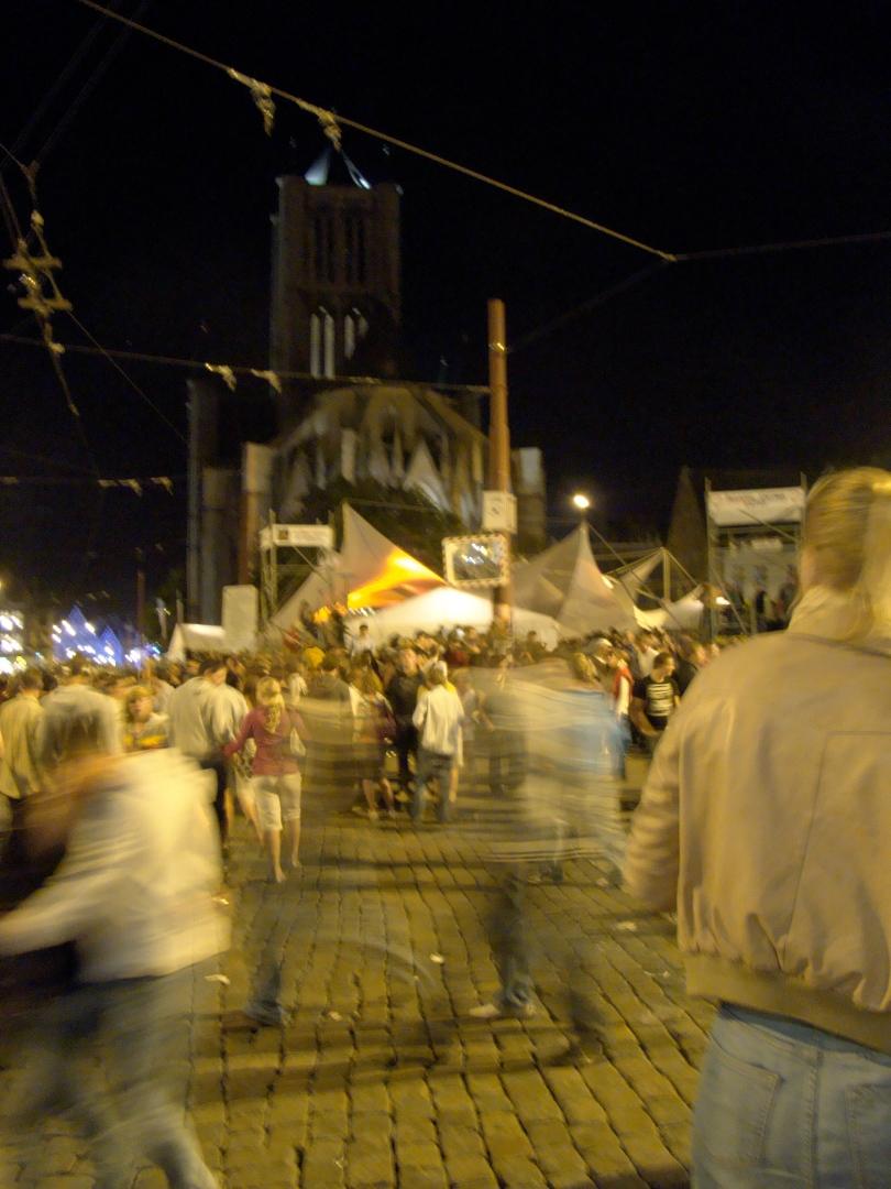 Een van mijn weinige foto's van het Braunplein met bijbehorende Duveltent. Normaal gezien passeer ik er even gehaast als de 'spoken' op de voorgrond.