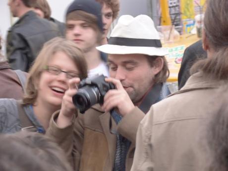 's Morgens zie je de raarste figuren opduiken op de Vlasmarkt. Dit exemplaar draagt een hoedje en omklemt een camera. Dat moet een fotograaf zijn.