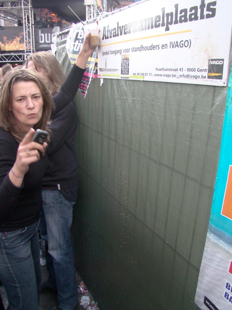 """Actrice Emilie De Roo doet teken naar de fotograaf: """"Houd u klaar!"""" Zo meteen zal ze een prachtige interpretatie brengen van een kotsend meisje, maar die foto moet ik onthouden. De kans dat dat beeld een eigen leven gaat leiden en misbruikt wordt door de taliban, de protestantse kerk en andere integristische organisaties is te groot."""