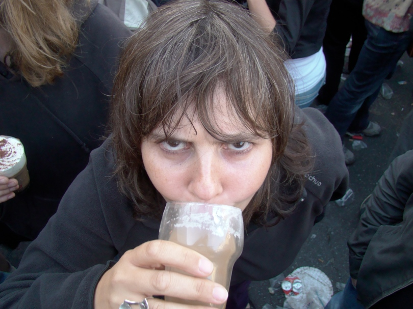 """Zelfs Hadewych Van den Bossche, chef eindredactie bij De Morgen, laat zich ondanks haar voorbeeldfunctie verleiden tot Irish coffee. """"Je wordt er wakker van zonder al te veel te ontnuchteren"""", analyseert deze hoogst intelligente dame."""