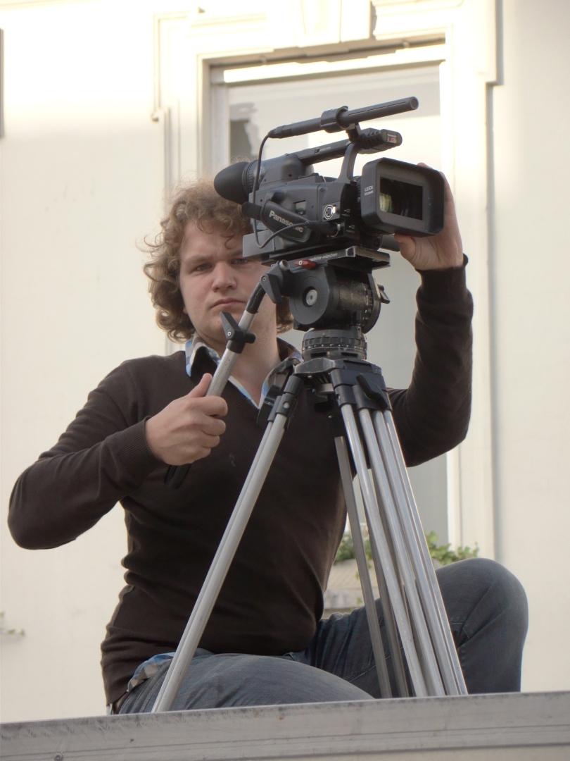 In plaats van zijn kadrering in de gaten te houden werpt de cameraman op de wc-cabine van de Vlasmarkt mij een boze blik toe.