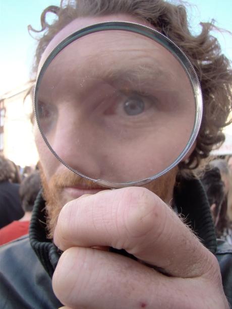 David Van Belleghem, echtgenoot van Emilie De Roo, inspecteert een brok informatie waar hij in eerste instantie niet gelukkig van zal worden.